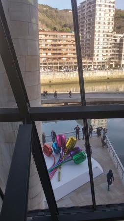 Guggenheim Museum Bilbao: Jeff Koons - Tulips (at the balcony)