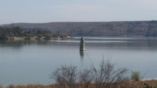Villa del Carbon, Mexico: En temporadas baja el agua , y la gente camina entre el pueblo fantasma