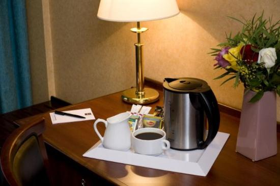 Issy-les-Moulineaux, Francia: Tea and Coffee making facilities in all rooms