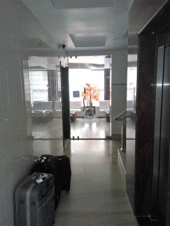 Hotel Sohi Residency: reception entrance