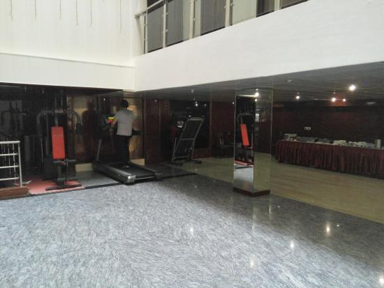 Hotel Sohi Residency: gym equipment adjoining dining room