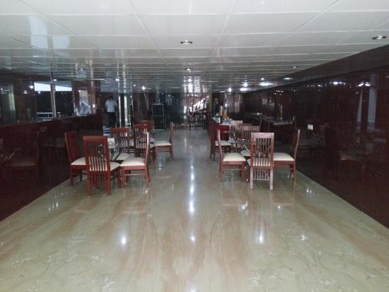 Hotel Sohi Residency: bland dining space with low ceiling
