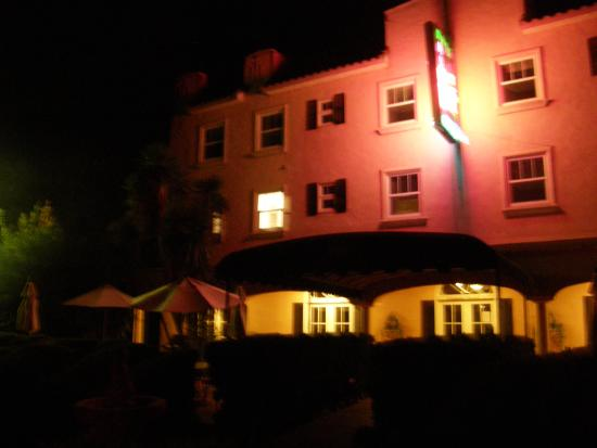 Ryde Hotel: Front of the Hotel at Night