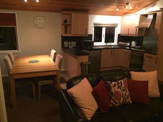 Kingham, UK: Sitting area, dining table and kitchen