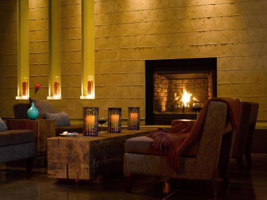 Redmond, WA: Lobby Fireplace