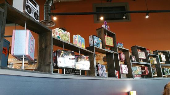 Gig Harbor, WA: Lunch pails decorate the dividers between seats