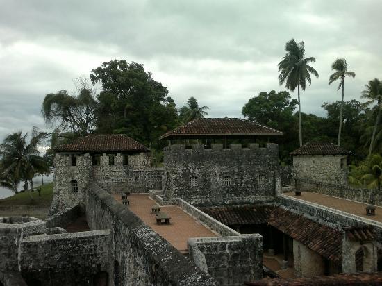 Rio Dulce, Guatemala: Vista del fuerte desde una de las torres