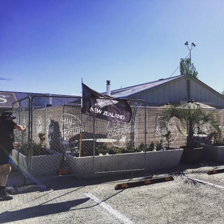 Gisborne, Nueva Zelanda: Go the All Blacks !  Getting the fence up for a big party !