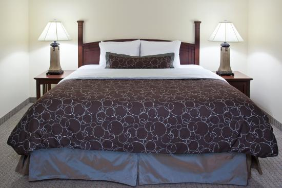 Stow, OH: King Bed Guest Room