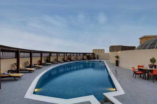 Lotus Grand Hotel Apartments: Swimming Pool