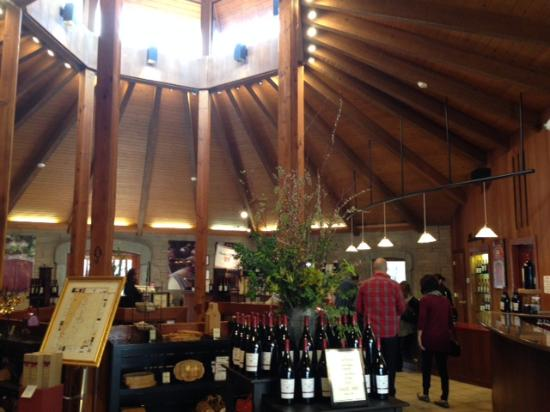 Резерфорд, Калифорния: main tasting room, love the skylight and vaulted ceilings.