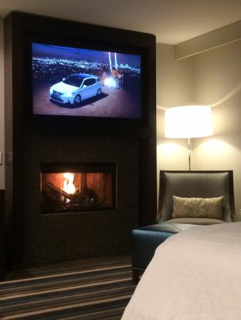 Montebello, Kalifornien: Huge glatscreen TV over gas fireplace