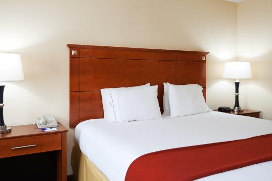 Holiday Inn Express Hotel & Suites Phenix City-Fort Benning Area: King Bed Guest Room