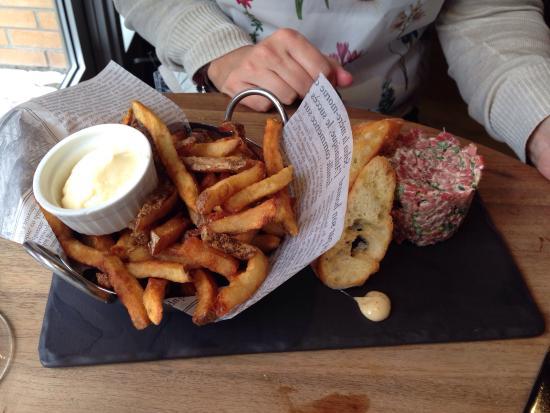 Boucherville, Canadá: Tartare de bœuf bien assaisonné, boudin noir au haricot (Wow!) et feuilleté aux escargots (super