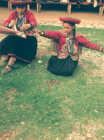 Chinchero, Perú: madre e hija trabajando