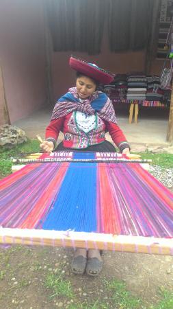 Chinchero, Perú: mujer chincherina  trabajando una manta