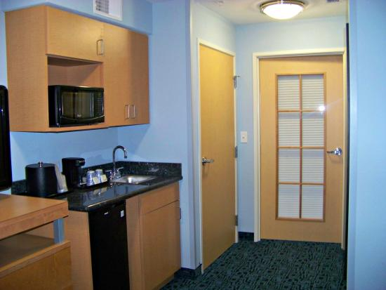 Rock Springs, WY: Suites have separate bed room and sitting room with wet bar.