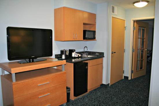 Rock Springs, Вайоминг: Wet bar area with door to bedroom in 2 room Suite