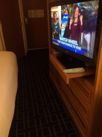 Mission Viejo, Californien: Need to slide shelf to see TV - blocks walkway