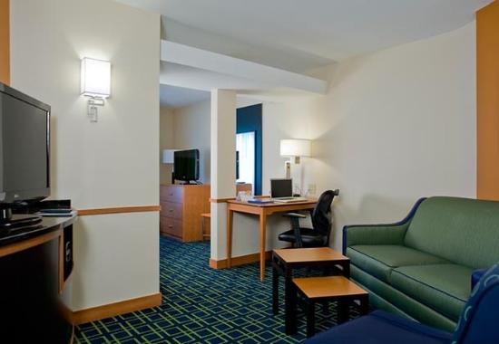Columbus, Mississippi: King Suite Living Area