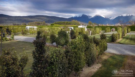 Manapouri Motorhome & Caravan Park: Beautifully landscaped and laid out park grounds.