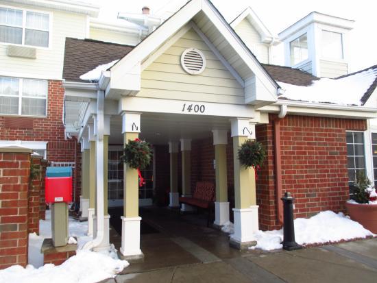 Saint Louis Park, MN: front entrance and mail box