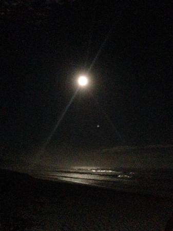 Hoey Moey Backpackers: Xmas day full moon over the beach