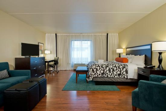 College Park, Geórgia: Spacious rooms are beautifully decorated and filled with comfort.