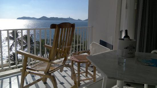 Elcano Hotel: Large room and balcony