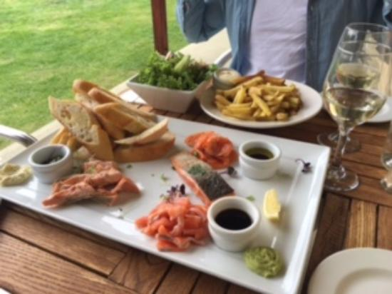 Omarama, Nowa Zelandia: Salmon Four Ways platter & LB Hill wine