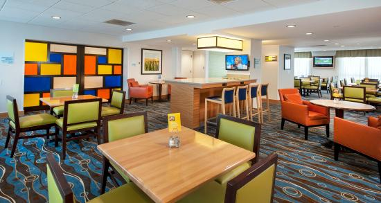 Germantown, MD: Our  Breakfast Area is full of vibrantly colored decor.