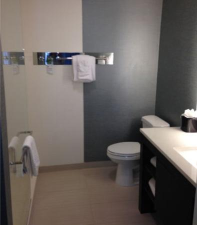 Glendale, CO: Suite Bathroom