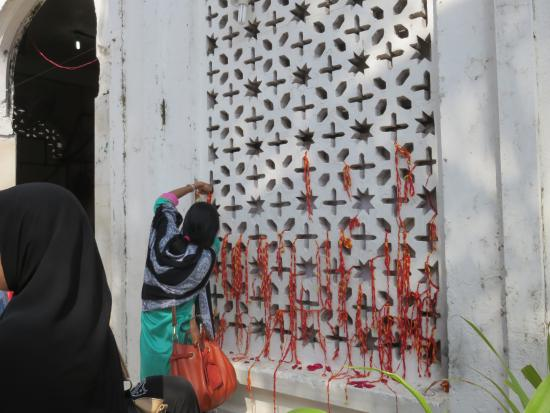Haji Ali Mosque: People tie the dhaaga and make a wish or mannat