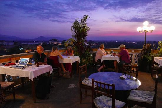 Abendstimmung im Le Panorama, Pakse Hotel