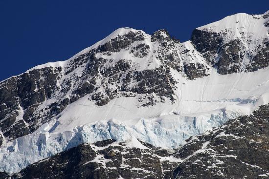 Mt. Cook Village, Nueva Zelanda: ニュージーランドの最高峰、麓のハーミテージホテルから撮影したマウントクックのブルーに輝く美しい氷河