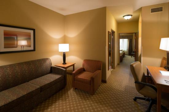 Roselle, IL: Large Suite with 2 Queen Beds and Separate Sitting Area