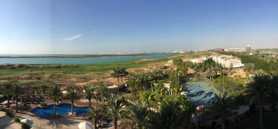 Park Inn by Radisson Abu Dhabi Yas Island: pool and golf course from my room