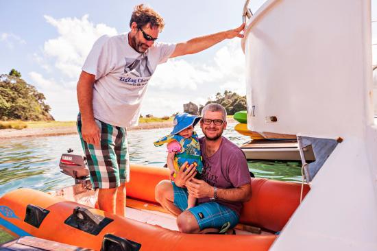 Paihia, Nueva Zelanda: Gordon, the captain, taking us in a boat to the island.