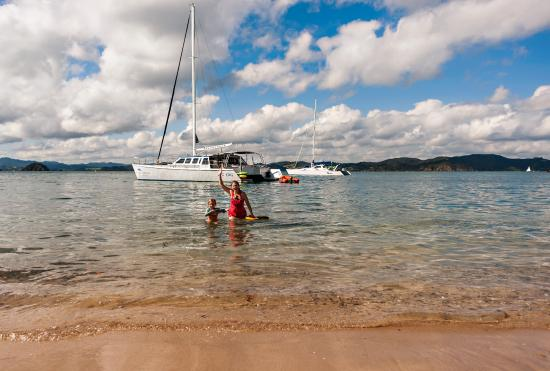 Paihia, Nueva Zelanda: swimming from the ZigZag to the first island stop