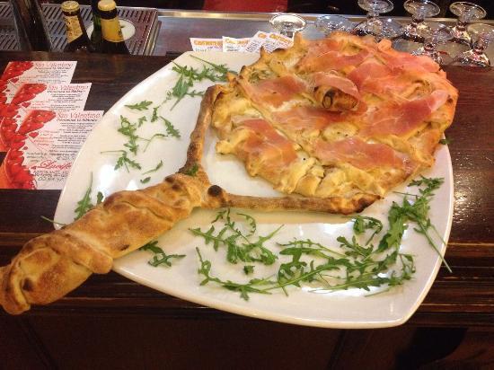 Lainate, Italia: racchetta/pizza a grandezza naturale