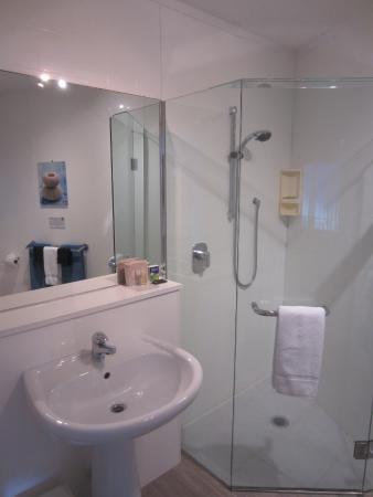 Waterfront Apartments: Bathroom