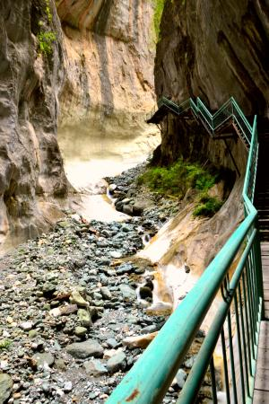 Shangri-La County, Cina: Path along the river....needs extra energy to reach the end....about 5 km