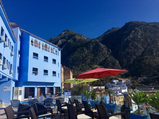 Hotel Parador: Terraza con comedor exterior
