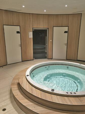 jacuzzi picture of qualys hotel spa vannes vannes tripadvisor. Black Bedroom Furniture Sets. Home Design Ideas