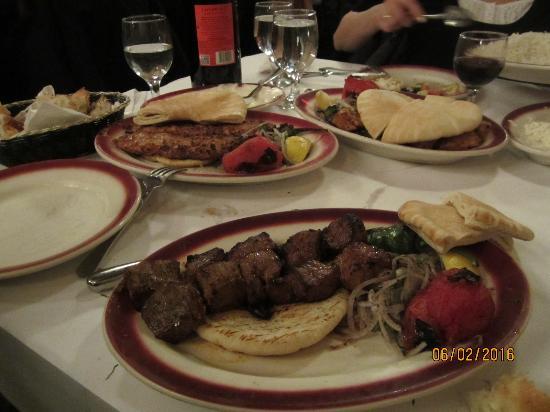 Tacis Beyti Restaurant: Brochettes grillées, oignons et tomate