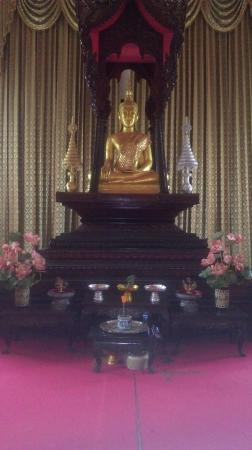 เวียงจันทน์, ลาว: Inside the relatively recent temple next to the stupa.