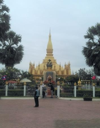 เวียงจันทน์, ลาว: View of the stupa with statue of the latest Lao King.