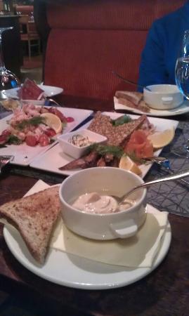 Savonlinna, Finlandia: Крем-суп из белых грибов, рыбная закуска и салат