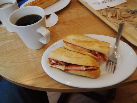 Eastleigh, UK: Lovely Bacon Baggette with Black coffee