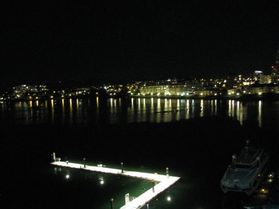 Coast Victoria Hotel & Marina by APA: Marina at night from balcony
